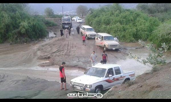 شاهد بالصور السيول تعزل قرى ثلوث المنظر والأهالي يُطالبون تدخل النقل والبلدية