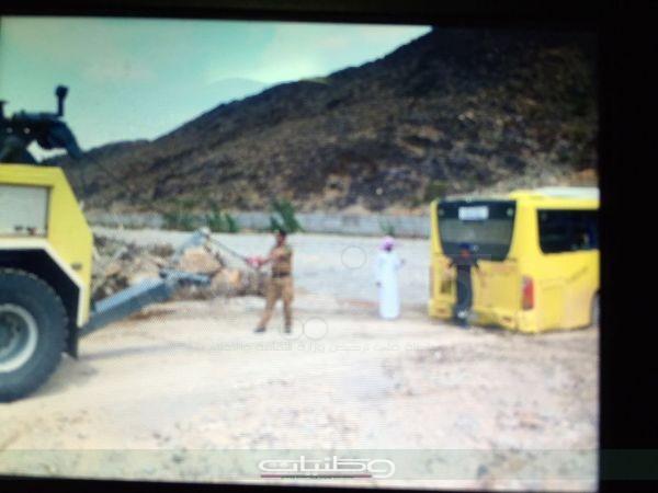 مدني #الباحة أخراج باص طالبات علق في أحد الأودية ومباشرة التماس كهربائي بسجن المندق