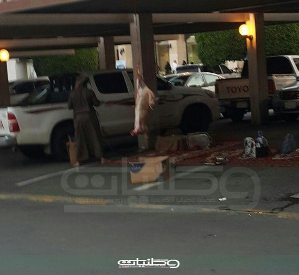 """""""النقير"""" يكشف حقيقة لحماً مُعلقاً بمواقف السيارات بمستشفى #عسير"""