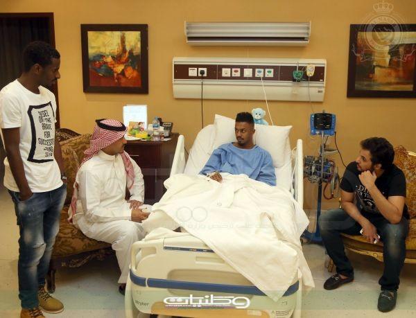 نجوم النصر يزورون غالب بعد أن أجريت له عملية رابط صليبي بمستشفى الحبيب