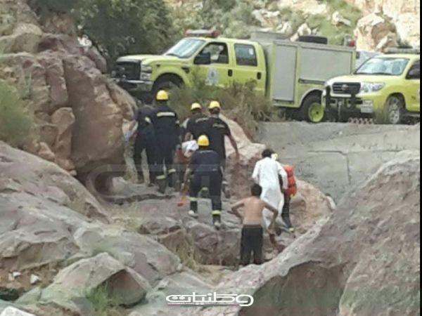 مدني عسير ينقذ شاب سقط من علو منحدر صخري بوادي الجوبة بسراة عبيدة