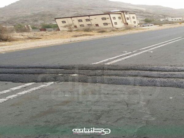 """مواطنو وادي بقرة يُطالبون بمطبات اصطناعية و""""البارقي"""" سوف يتم معالجة مطبات طريق ثلوث المنظر"""