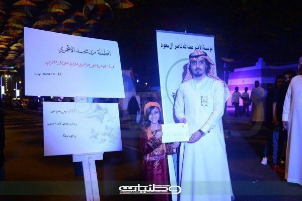 خمسة ألف من مؤسسة الأمير عبدالله لطفلة أهدت  والدها المرابط لوحة بشارع الفن بـ #عسير