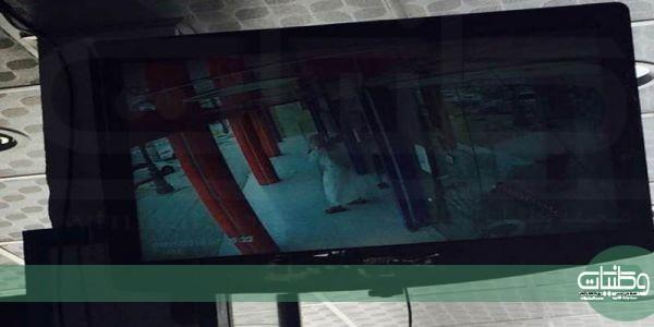 مُلثم يقتحم صيدلية بـ #رفحاء ويسلب (3) آلاف ريال في وضح النهار