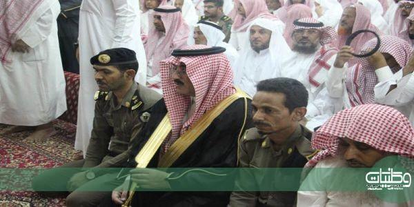 """مُحافظ #بارق يتقدم مشيعي الشهيد""""البارقي"""" وينقل تعازي أمير#عسير"""
