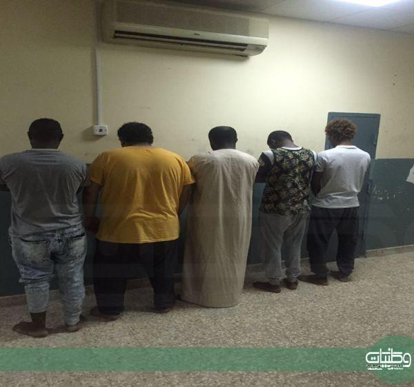 تحريات شرطة #الرياض توقع بأربعة مواطنين وآخر دون هوية اتهموا بسلب المارة