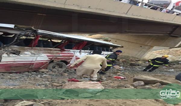 بالصور سقوط حافلة من علو جسر بعقبة ضلع يتسبب في إغلاقها