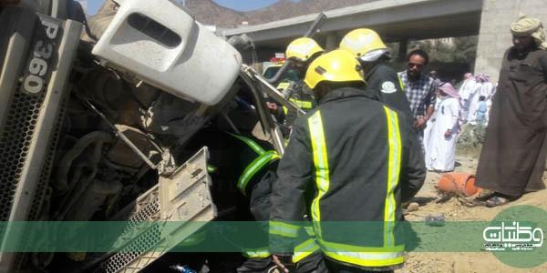 بالصور -مدني #بلجرشي يُحرر قائد شاحنة انقلبت على طريق #بني_كبير