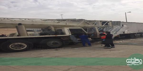 هلال #القصيم ينقل قائد شاحنة ارتطمت بمؤخرة رافعة في #بريدة