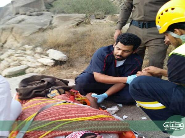 بالصور والفيديو مدني #الباحة يُنقذ وافد سقط من علو جبل شدا الأعلى