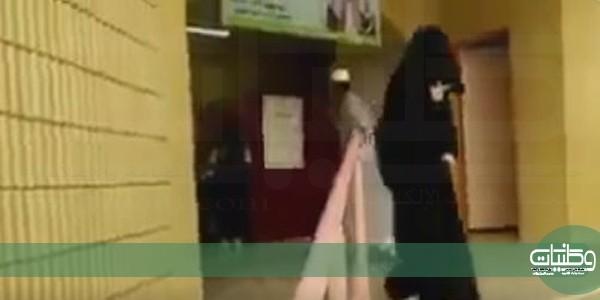 فيديو مُتداول يُظهر طرد طالبة من المدرسة بـ #صبيا بسبب عباءة كتف