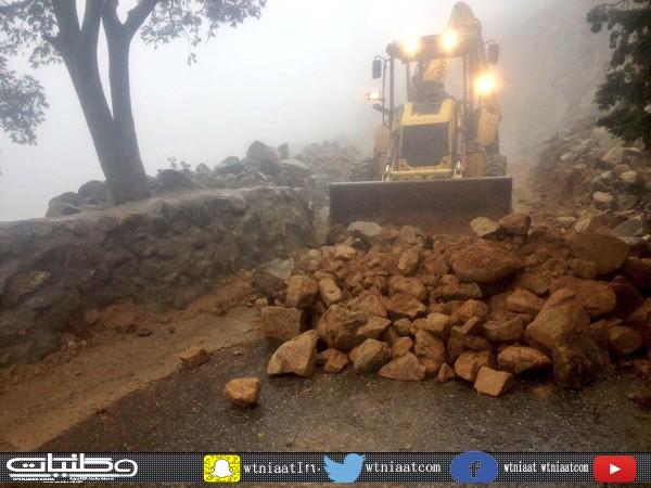بلدية بني عمرو تعمل على إزالة مُخلفات الأمطار وإعادة فتح الطرق