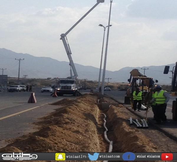 بلدية #بارق تعمل على إنارة طريق جامعة الملك خالد بطول 6 كم