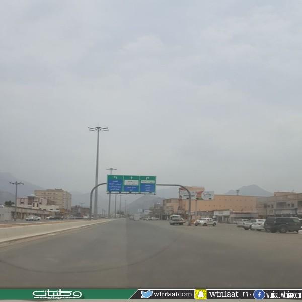 مواطني #بارق البلدية تهتم بالمطبات الإصطناعية وتهمل تُشجير الطريق العام
