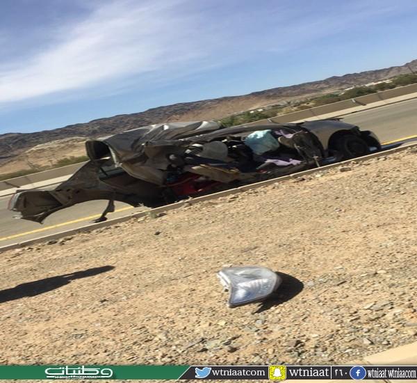 بالفيديو - حادث تصادم يقسم مركبة لنصفين بطريق عقيق #الباحة