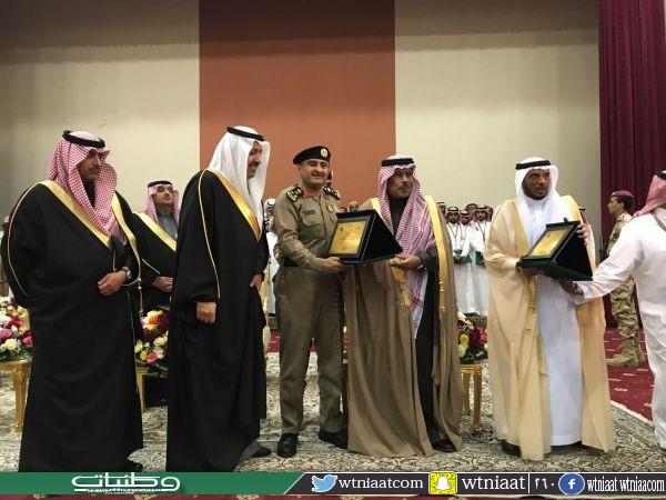 أمير #الباحة يتوج مُدير الدفاع المدني بجائزة (الباحه  للأبداع والتفوق)