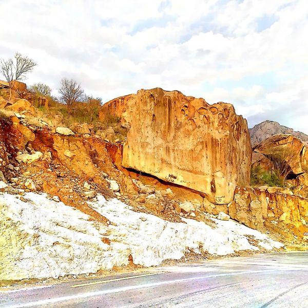شاهد صخرة عملاقة بطريق عقبة (برمة)في #تنومة تتربص بعابري الطريق