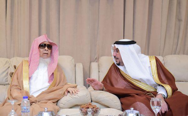 أمير القصيم يزور العلماء في منازلهم ويهنئهم بحلول رمضان