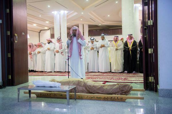 """أمير القصيم في مُقدمة المصلين على """"الغصن"""" رئيس مجلس بلدي #بريدة"""