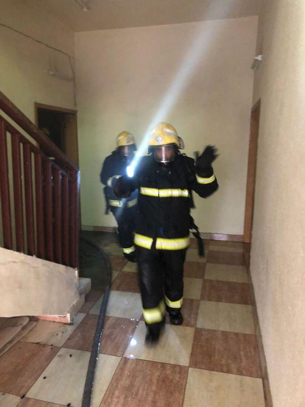 مدني #خميس_مشيط يخمد حريق شقه سكنية بحي ام سرار