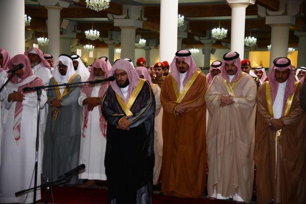 """سمو أمير #عسير ونائبة يؤدون الصلاة على الشهيد""""آل مشاوي"""""""