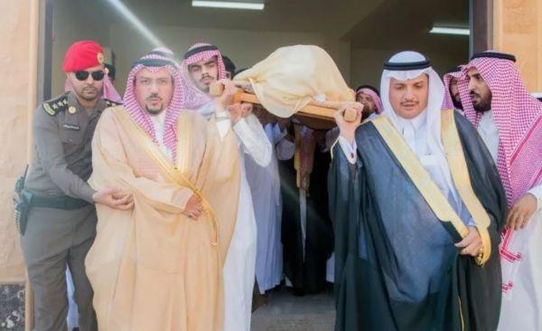 بالصور -أمير القصيم يتقدم مُشيعي مُحافظ #الرس