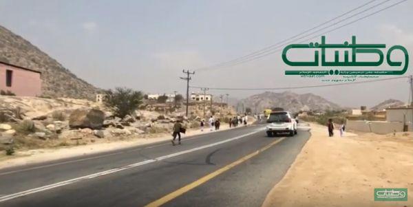 بالفيديو- طلاب مدرسة عقيل في ثلوث المنظر .. يجوبون الطرقات دون وسائل نقل