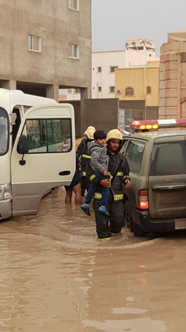 مدني #بريدة ينقذ 7 طلاب إحتجوا بتجمع مياه في البصر