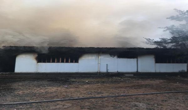 """مدني #خميس_مشيط يُخمد حريق وحدة سكنية جاهزة """"بركس"""" بحي الرونة"""
