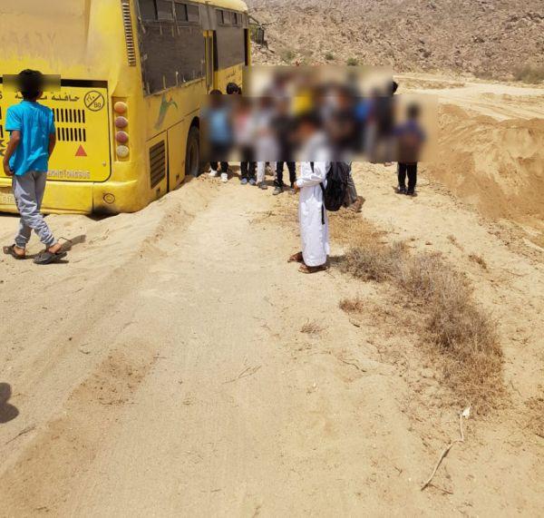 حافلة نقل مدرسي تعلق في إحدى مواقع نهل الرمال في ثلوث المنظر