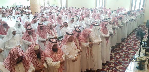 محافظ #المجاردة يتقدم جموع المصلين على المتوفين بحادث سنان