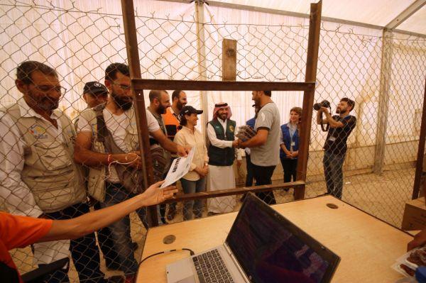 مركز الملك سلمان يشرف على  توزيع التمور في مخيم الزعتري
