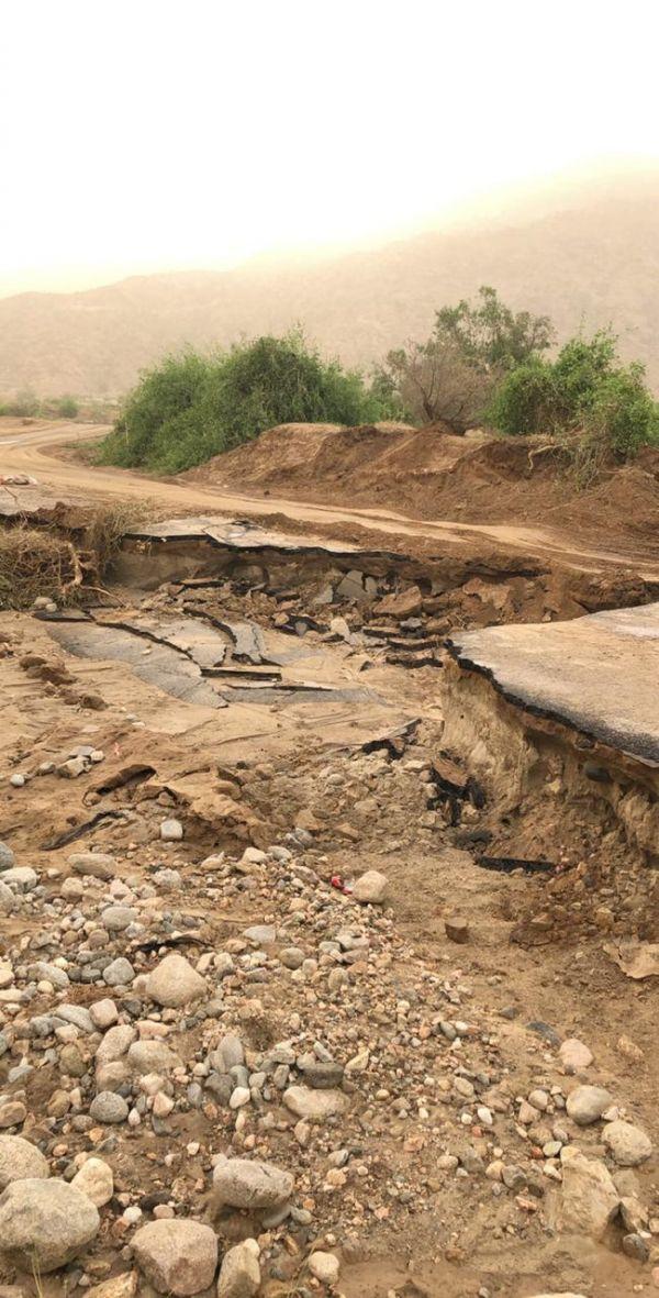 بالصور - انهيار طريق ثلوث المنظر تنومة والبارقي يعد بإصلاح الطريق