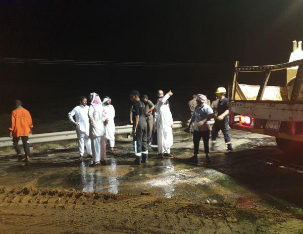 """انقلاب ناقلة وقود يغلق طريق #محايل #بارق و""""البناوي""""يقف على الحادث"""