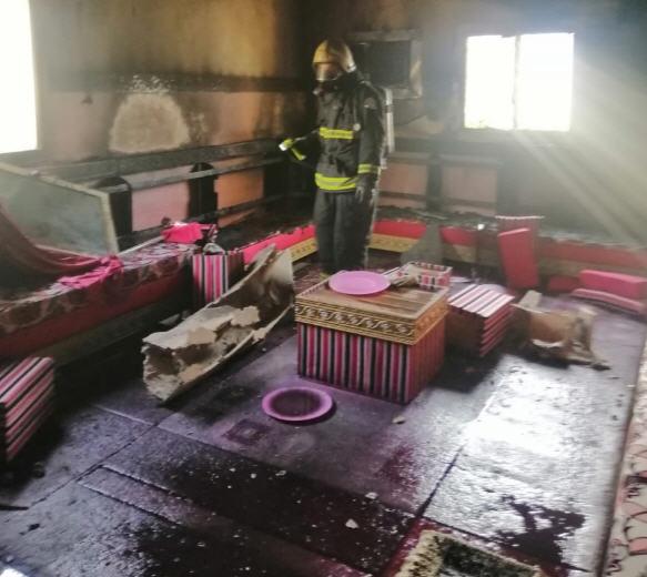 مدني ثلوث المنظر يُخمد حريق دور علوي بعمارة سكنية في قُرى قوافل بوادي الخير
