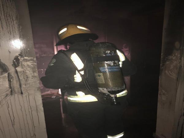 مدني عرعر يُنقذ امرأة و4 أطفال وعاملة منزلية من حريق شقة سكنية بحي النسيم