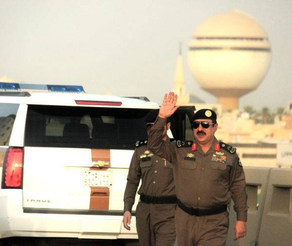 مُدير شرطة القصيم  يُعايد القطاعات الأمنية في الميدان