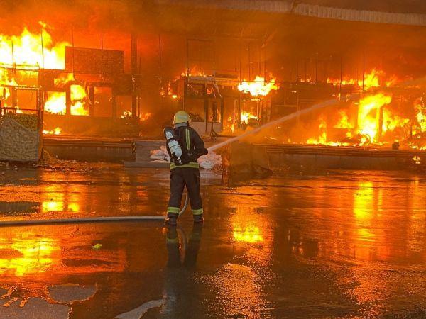بالصور- حريق يلتهم 42 محلا في سوق الخضار بــ #سكاكا