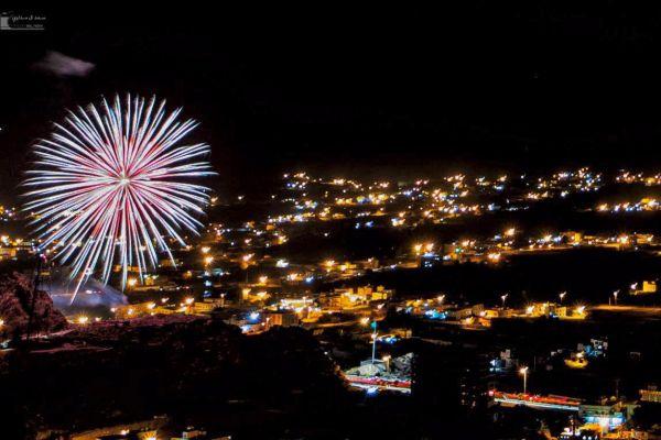 سماء #تنومة تتزين بالألعاب النارية إحتفالاً بصيف عسير