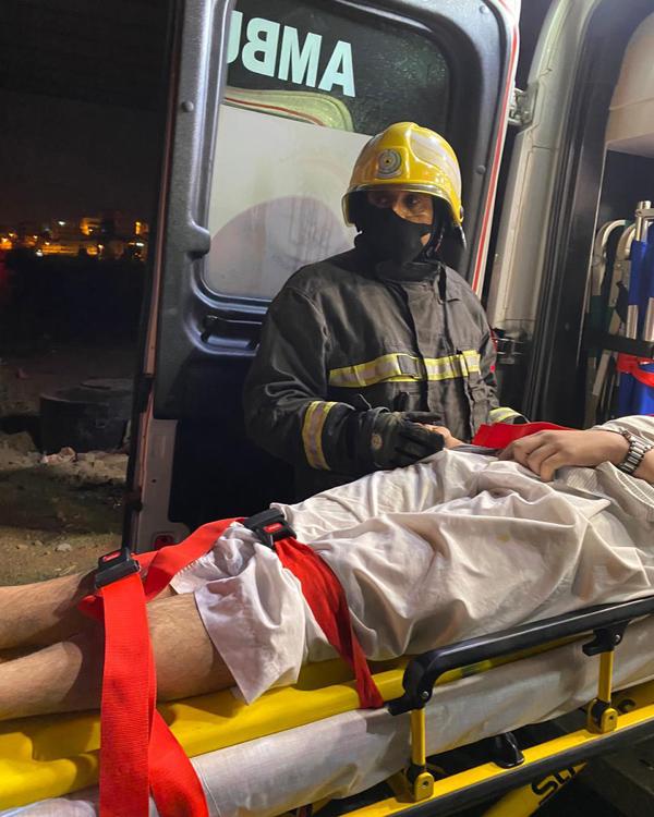 مدني #عسير يُنقذ شخص سقط من علو كُبري في #أبها