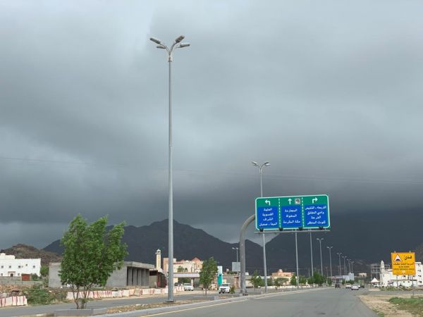 تزامنًا مع هطول الأمطار محافظة #بارق تدعو لأخذ الحيطة والحذر