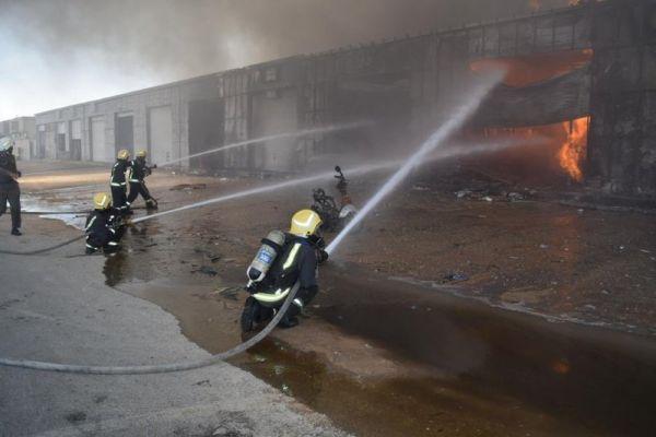 مدني الرياض يُحاصر حريق اندلع في محلات للخيام وبيوت الشعر بحي #الجنادرية