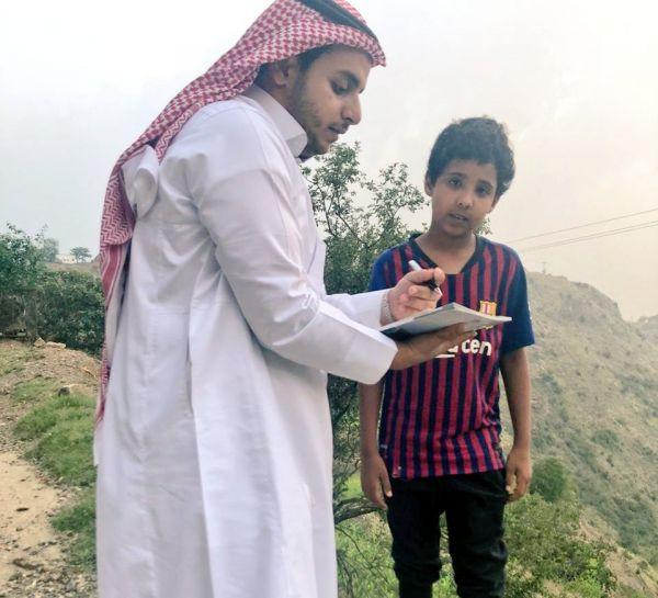 مُعلم بألمع عسير يُشارك بعض الطلاب رحلتهم التعليمية في منازلهم