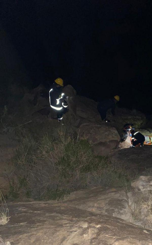 مدني #سراة_عبيدة يُنقذ عشريني سقط من منحدر صخري بوادي كّرار