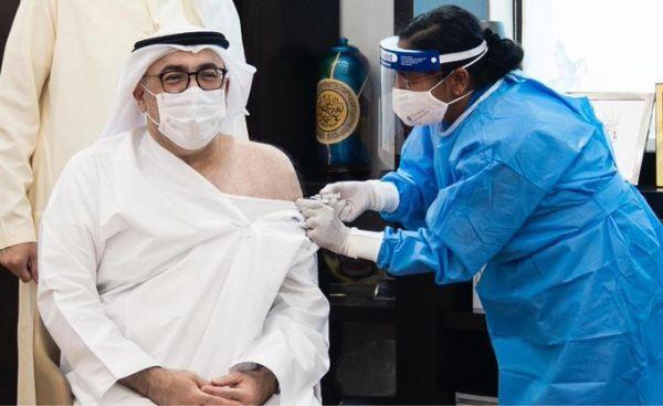 وزير الصحة الإماراتي يتلقى الجرعة الأولى من لقاح #كورونا