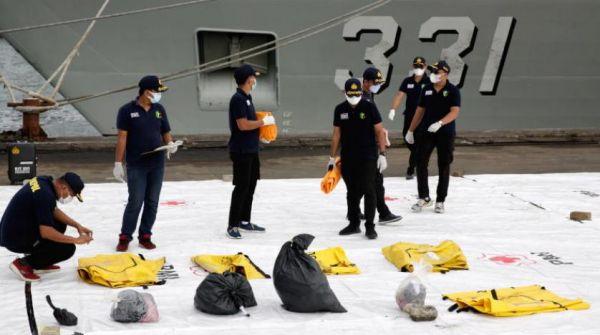 الشرطة الإندونيسية تُحدد هوية أول ضحية من بين ضحايا الطائرة المنكوبة