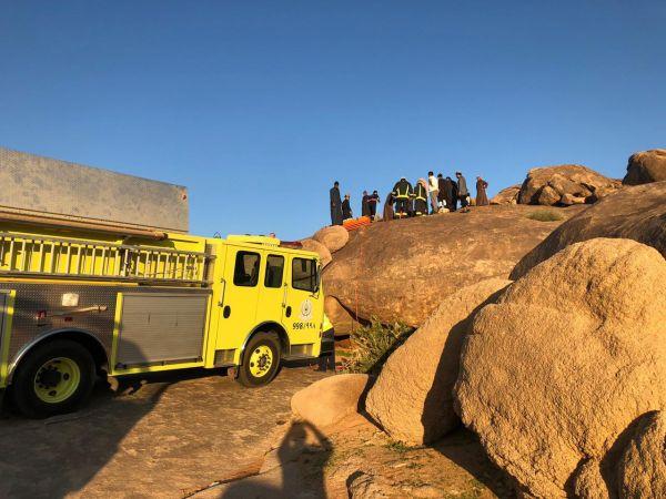 مدني #حائل يُنقذ طفلاً سقط في تجويف صخري