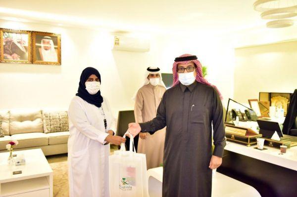 مدير #صحة_عسير يُكرم الممرضة أسرار أبو راسين وينقل لها شكر معالي وزير الصحة