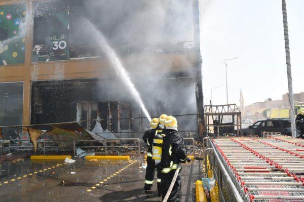 مدني #الرياض يخمد حريق مركز تجاري بحي العريجاء