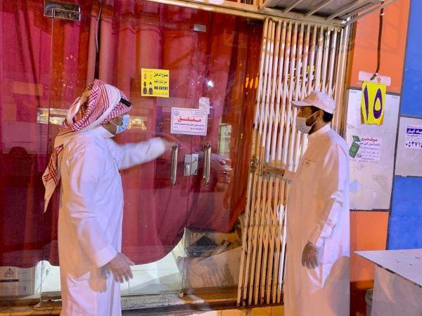 يرافقهم رئيس البلدية #بلدية_بارق في جولة مسائية تُغلق مطعمين إحترازيًا
